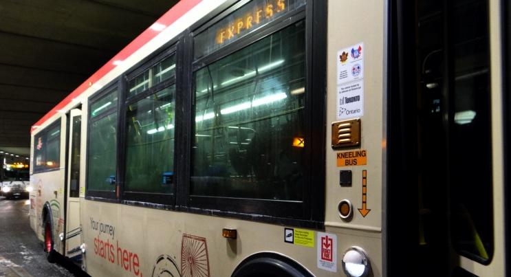 Aeroporto ao centro de Toronto de ônibus